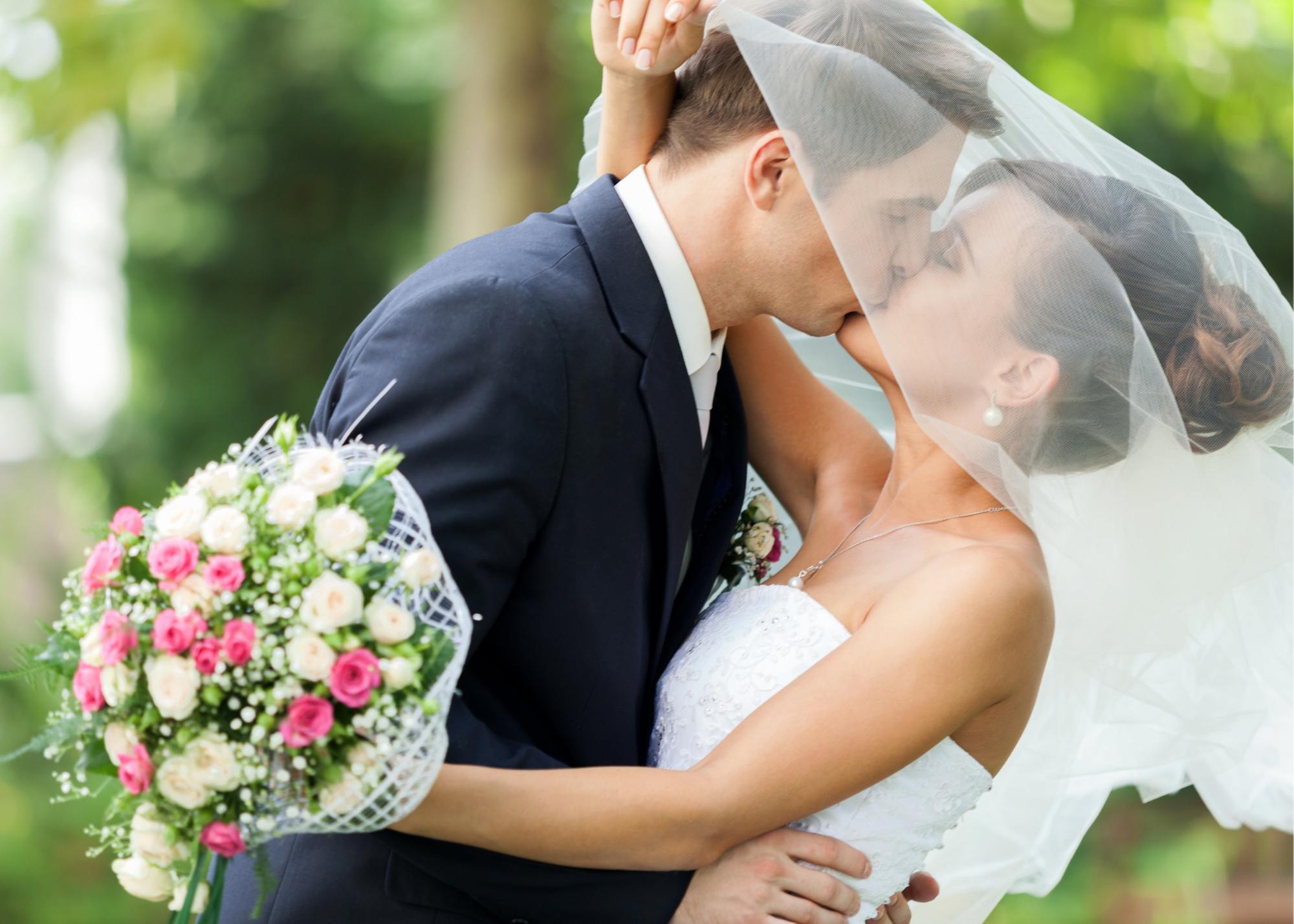 weddng couple kissing